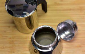 Espressokocher Wasser einfüllen