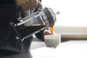 Kaffee aus French Press einschenken