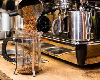 Kaffeepuler in Bodum geben
